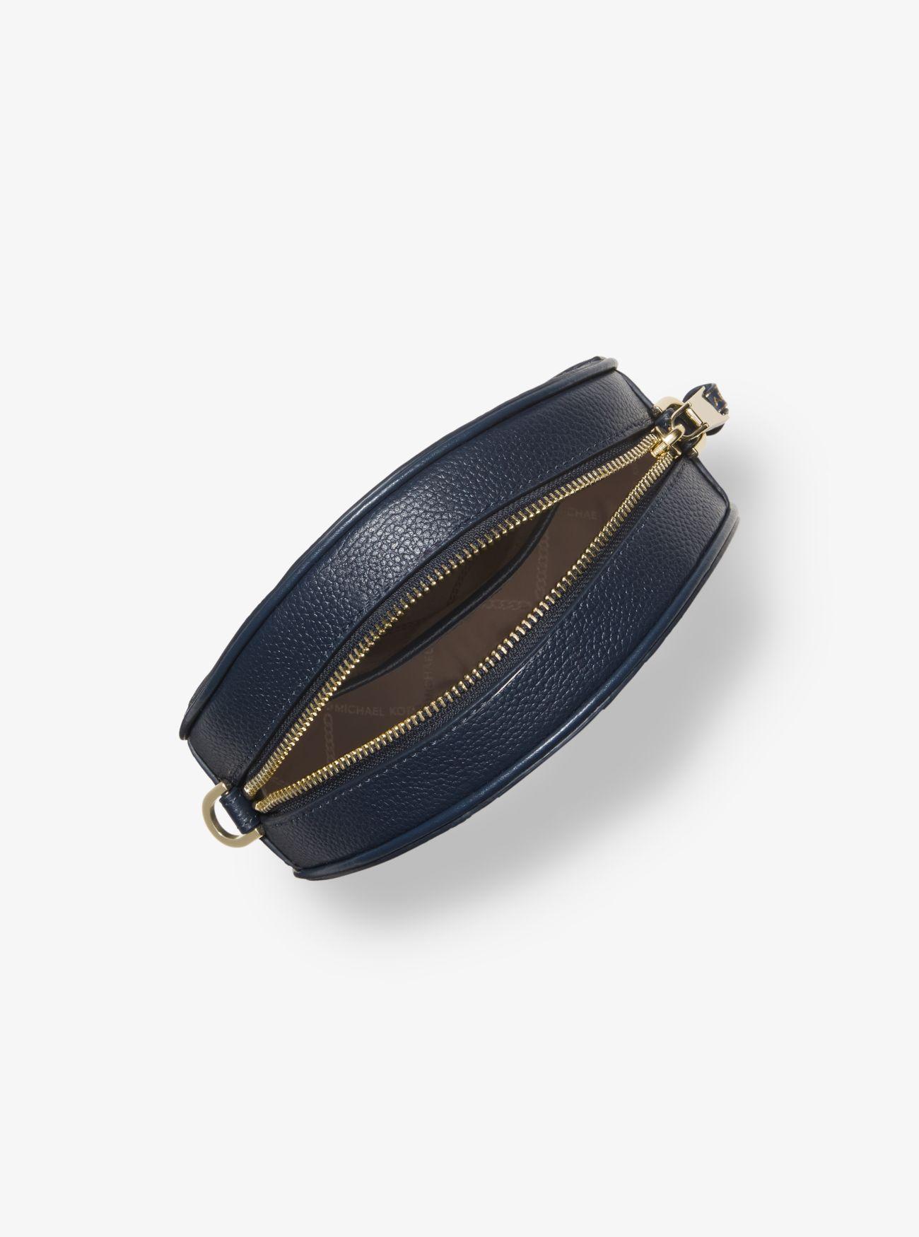 a699264c1a58a Runde Umhängetasche aus gekrispeltem Leder mit Logostreifen Runde  Umhängetasche aus gekrispeltem Leder mit Logostreifen ...