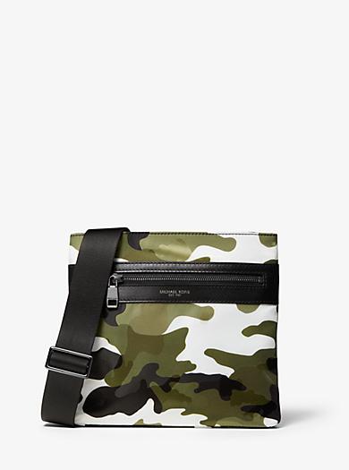 Borsa a tracolla Kent piccola in nylon stampa camouflage. michael kors ... e6c8be15e93