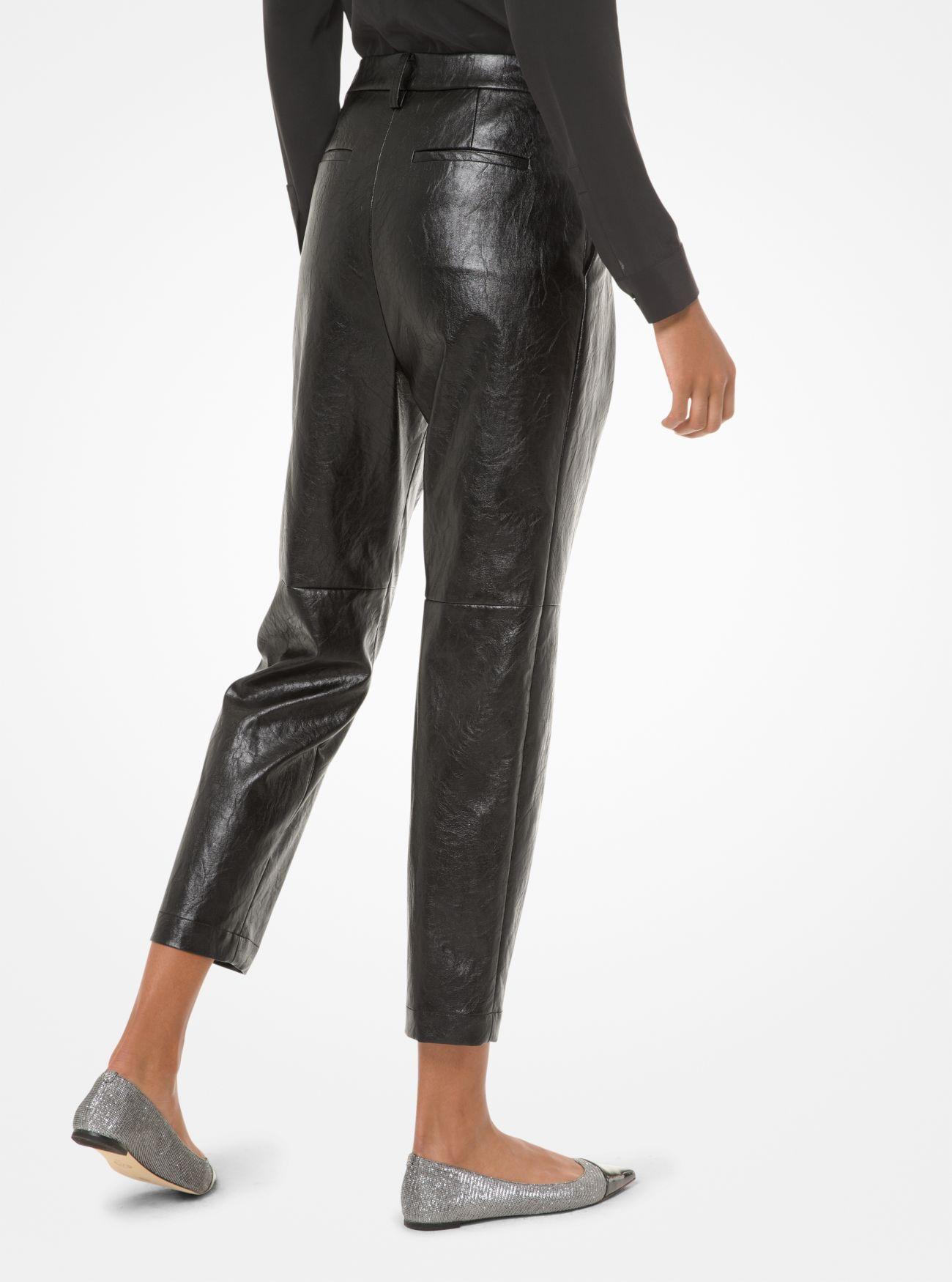 Hose aus Kunstleder mit Bundfalten